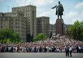 Горожане смотрят Парад в День Победы. Архивное фото
