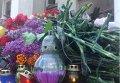 Цветы в память о погибших в Одессе
