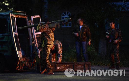 Бойцы армии юго-востока готовят гранатомет к бою
