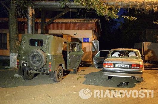 Обстрелянный автомобиль у воинской части в Луганске