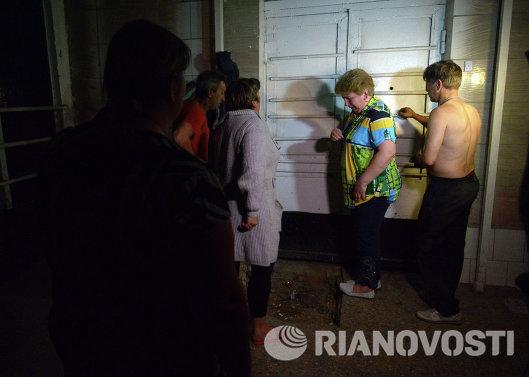Родители солдат-срочников воинской части в Луганске у дверей казармы