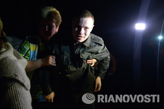 Женщина со своим сыном, солдатом-срочником в воинской части в Луганске