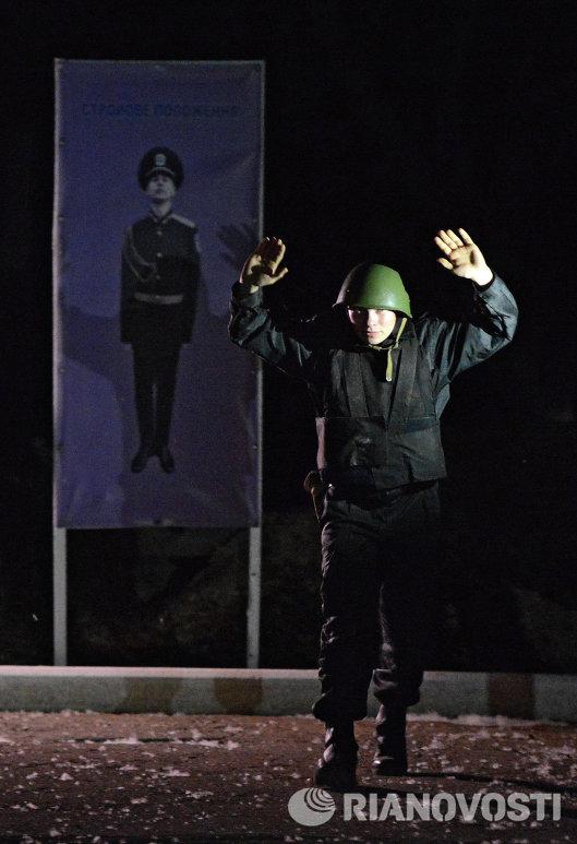 Солдат воинской части в Луганске идет с поднятыми руками