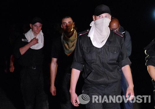 Солдаты-милиционеры воинской части в Луганске покидают территорию