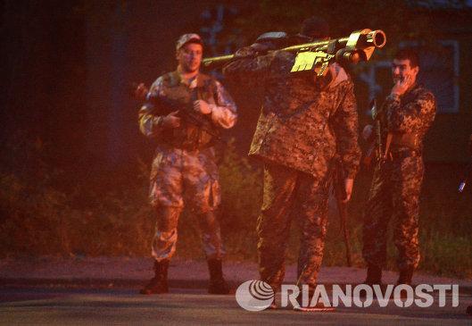 Бойцы армии юго-востока на окраине Луганска
