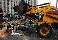 Техника убирает баррикады у здания ОГА в Донецке
