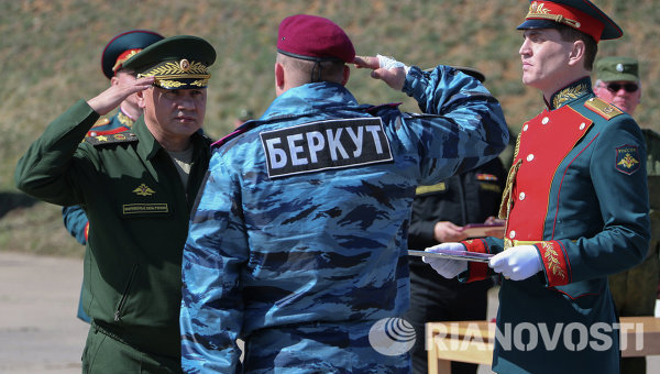 Глава Минобороны РФ Сергей Шойгу и сотрудник Беркута в Крыму