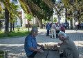 Пожилые люди играют в шахматы на одной из улиц Сухуми. Архивное фото