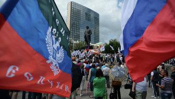 Участники митинга в поддержку ДНР