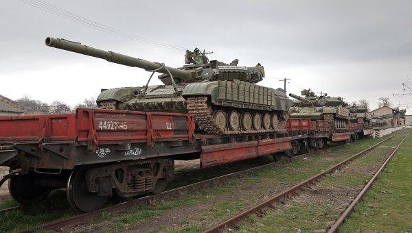 Танки войск Украины покидают Крым. Архивное фото