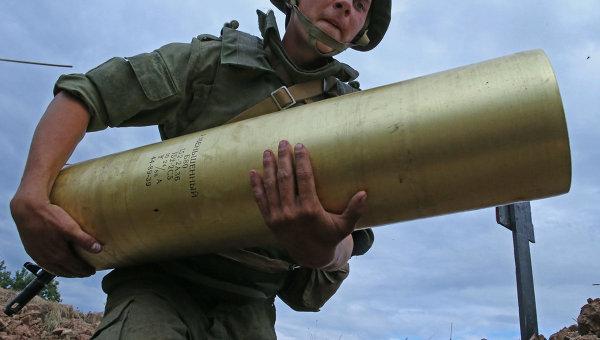 Военнослужащий со снарядом