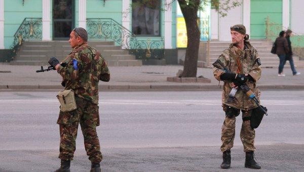 Бойцы сил самообороны сторонников федерализации в Луганске