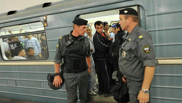 Сотрудники полиции в московском метрополитене, архивное фото