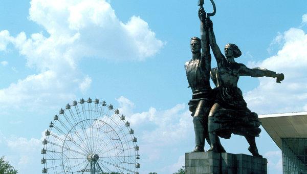 Скульптура Рабочий и колхозница у хода на ВДНХ