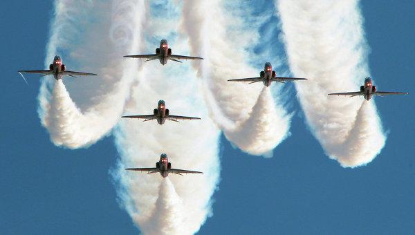 Групповой пилотаж (Великобритания) во время авиашоу.