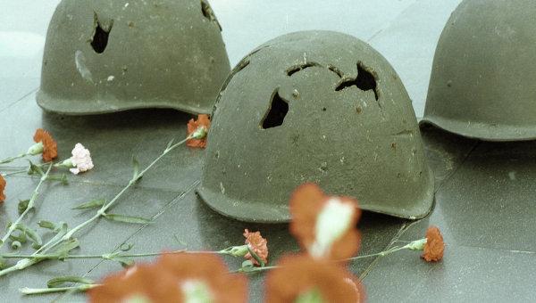 Пробитые каски советских солдат