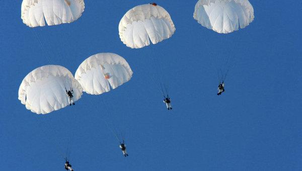 Трое десантников пропали после прыжка спарашютом