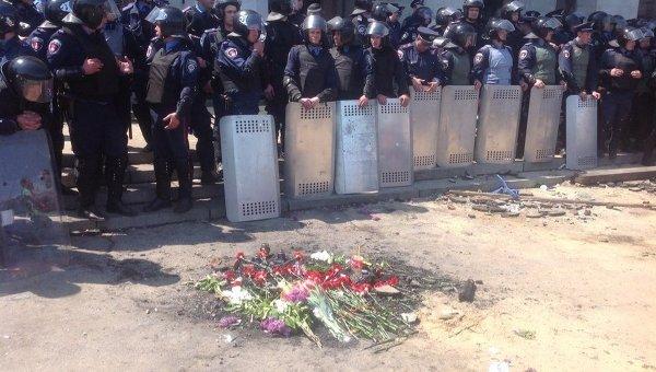 Одесситы возлагают цветы в память о погибших