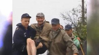 Спасатели на руках выносят людей, оказавшихся в зоне подтопления