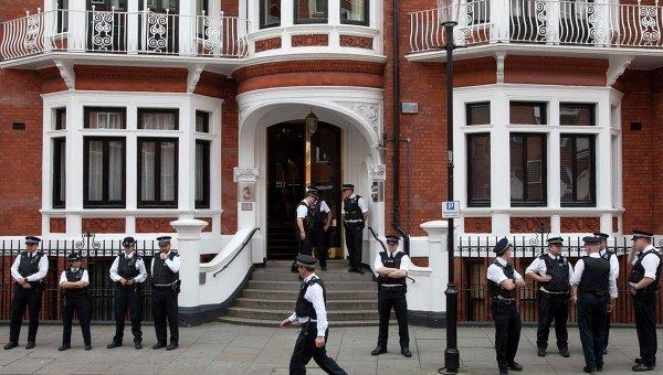 Лондон - полиция у посольства Эквадора, где скрывается Джулиан Ассанж