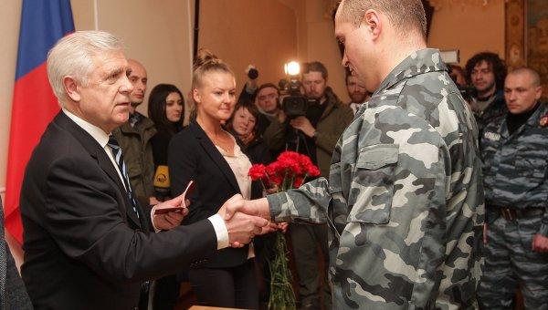 Девять бойцов Беркута получили паспорта России в Крыму
