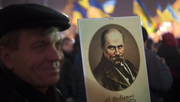 Мужчина с портретом Тараса Шевченко