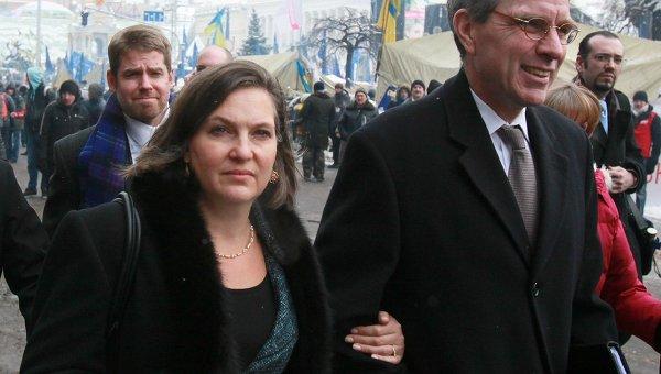 Замгоссекретаря США Виктория Нуланд и посол США в Украине Джеффри Пайетт на Майдане