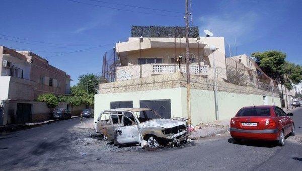 Поврежденный автомобиль перед посольством России в Триполи, фото с места события