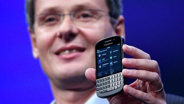 Гендиректор RIM Торстен Хейнс со смартфон на базе BlackBerry