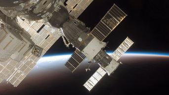 Космический корабль на фоне Земли