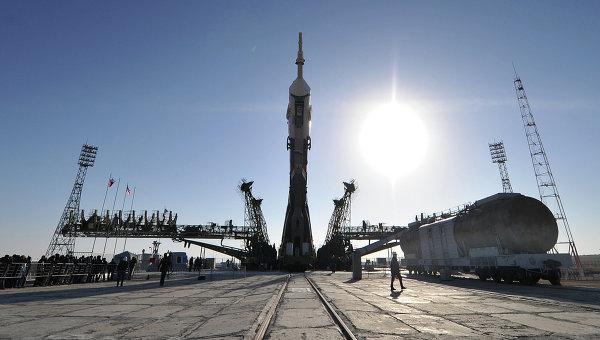 Вывоз ракеты Союз-ФГ с кораблем Союз ТМА-08М на старт