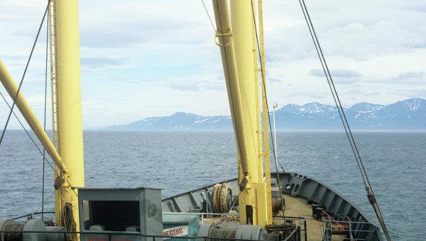 Рыболовный сейнер приближается к острову Сахалин