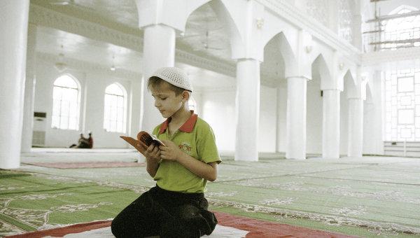 Юный мусульманин в мечети