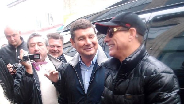 Жан-Клод Ван Дамм и кандидат от Партии регионов Александр Онищенко в городе Кагарлык