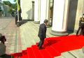 Падение карабина у солдата караула на инаугурации Порошенко. Видео