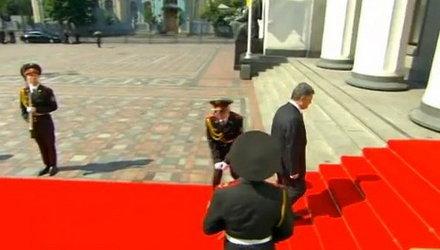 Падение карабина у солдата на инаугурации Порошенко