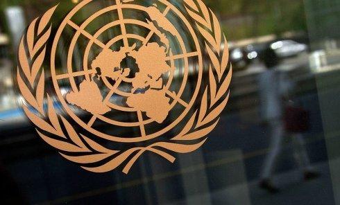 Логотип ООН на здании штаб-квартиры в Нью-Йорке. Архивное фото