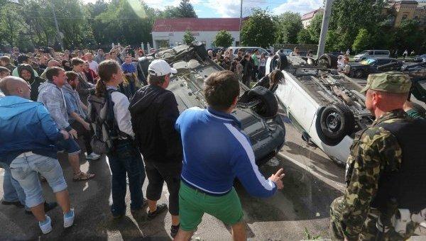 Активисты переворачивают машины у посольства РФ в Киеве