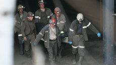 Поднятие тел погибших на шахте. Архивное фото