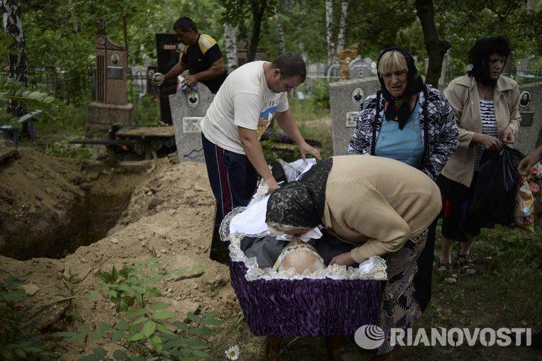 Последствия артиллерийского обстрела города Приволье в Луганской области