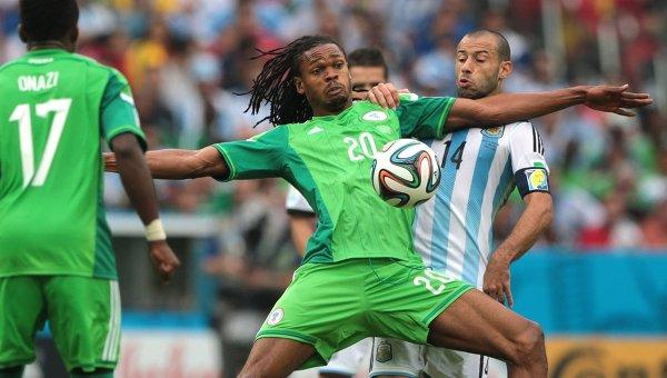 Игрок сборной Нигерии Майкл Учебо (в центре).