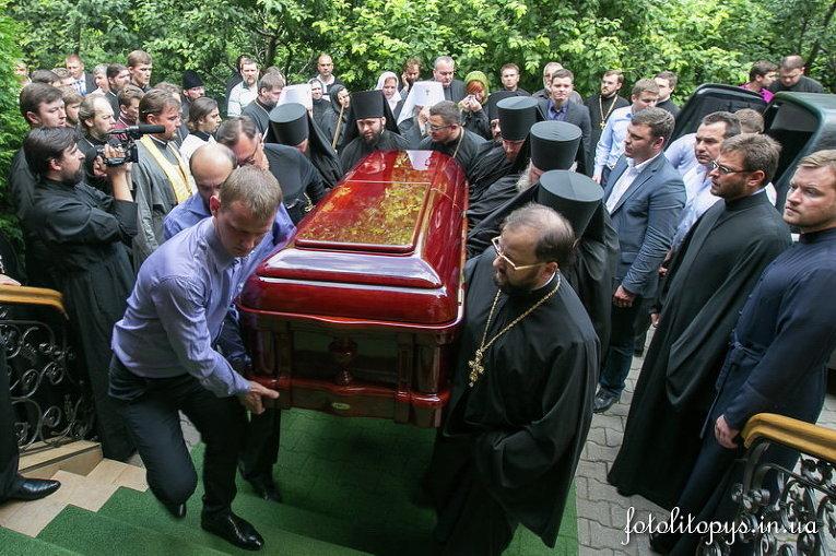 Гроб с телом главы УПЦ МП Владимиром