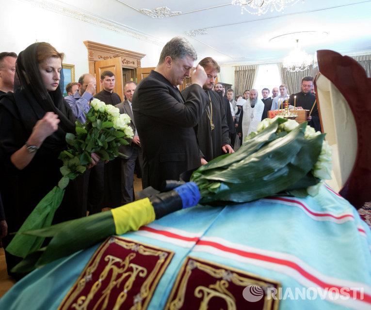 Петр Порошенко с супругой Мариной возложил цветы к гробу митрополита Киевского Владимира