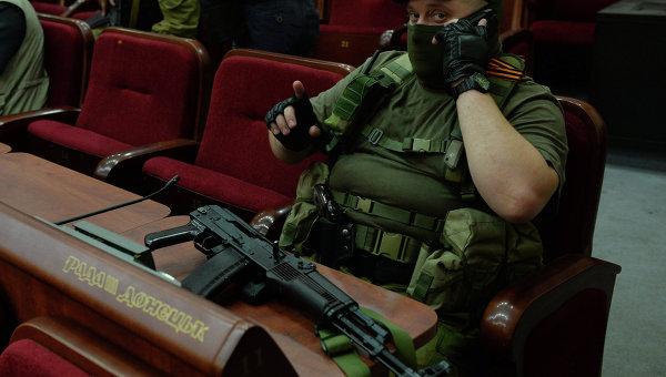 Сотрудник охраны на заседании первой сессии парламента Союза ДНР и ЛНР. Архивное фото