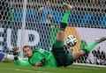Вратарь сборной Германии Мануэль Нойер пропускает мяч
