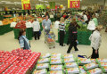 Покупатели в торговом зале гипермаркета в РФ