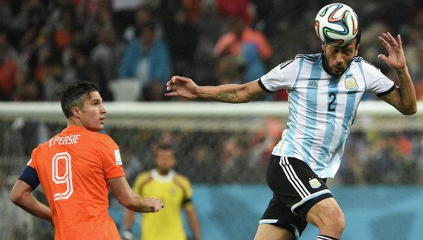 Игрок сборной Нидерландов Робин ван Перси и игрок сборной Аргентины Эсекьель Гарай (справа)
