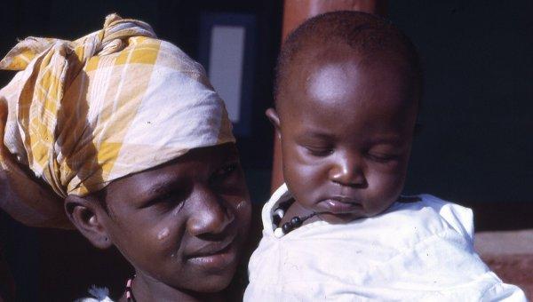 Жительница Сьерра-Леоне в Африке с ребенком. Архивное фото