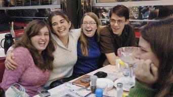 Смеющиеся девушки. Архивное фото