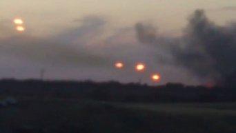 Огонь из реактивных установок Град с территории РФ неподалеку от села Гуково. Видео